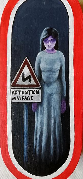 Dame Blanche derrière un panneaux